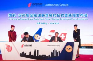 Song Zhiyong, President of Air China Limited, and Carsten Spohr are signing a partnership announcement between Air China and Lufthansa.