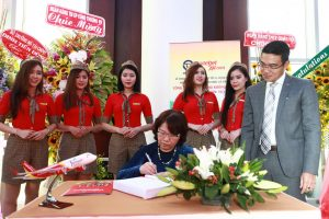 Vietjet's Chairwoman, Mrs. Nguyen Thanh Ha signing on the listing's traditional book.